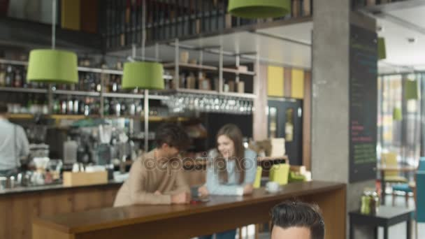 Vonzó férfi, pihentető és hangulatos Coffee Shop kávéfogyasztás