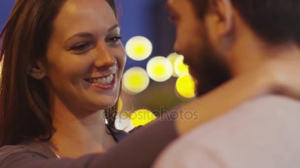 Attraktives Paar mit Augenblick der Zärtlichkeit, umarmen einander.