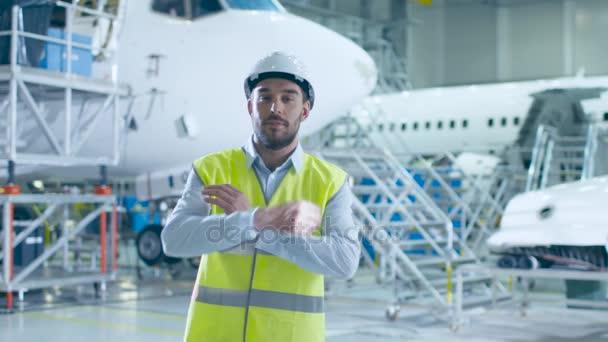 Portrét mechanik údržby letadel v bezpečnostní vesta