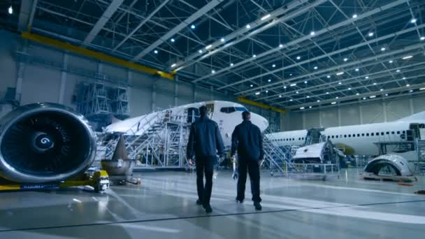 Tým mechaniky údržby letadel směrem letadla