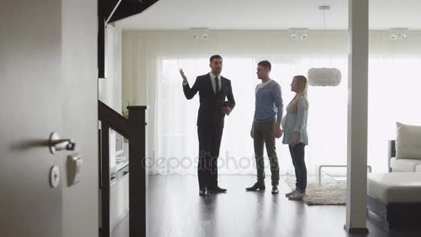 Ingatlan ügynök azt mutatja, új apartmanok pár. Nő terhes