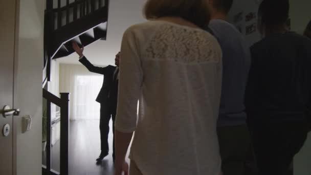 Realitní Agent ukazuje nové byty na pár. Žena je těhotná.