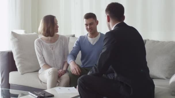 Šťastná rodina podepsání smlouvy s realitní kanceláří