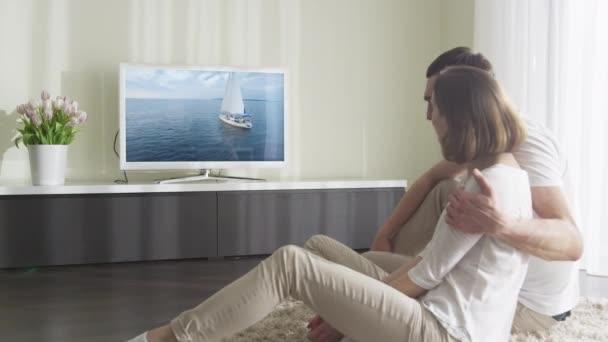 Pár romantických filmu v televizi v obývacím pokoji