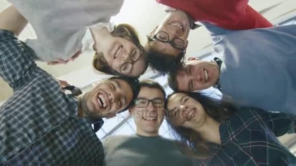 Multi-etnická skupina happy mladých studentů stojících v kruhu a shlížel na kameru