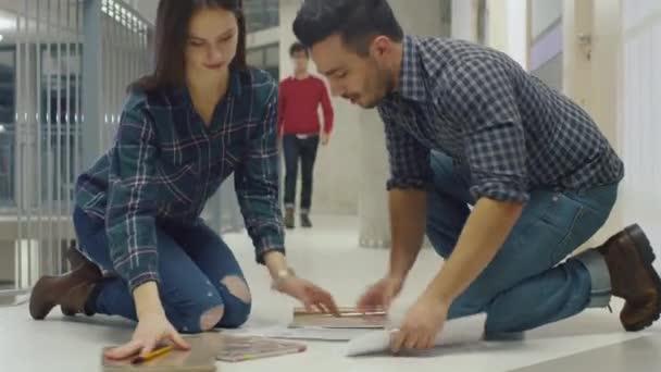 Junger Mann Hilft Ein Student Durch Ihre Papiere Aus Dem Boden