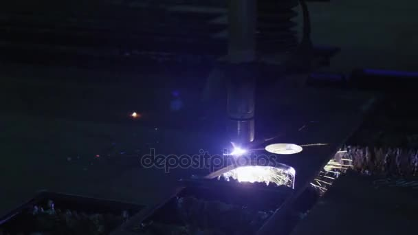 Close-up záběry z Cnc plasmou, která je vyřezávání kovových předmětů v továrně na těžký průmysl