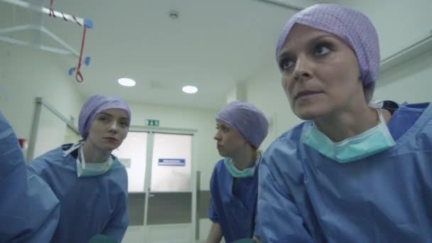 Krankenhaus-Notfall-Team mit Bahre mit Patienten durch Krankenhaus Halle