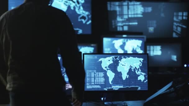 Muž It zaměstnanec přijde k monitorování prostor pro práci s mapami a údaje na displeji v místnosti tmavé kanceláři v počítači