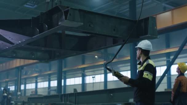 Těžký průmysl pracovníky se pohybují a masivní kovové konstrukce objektu v továrně