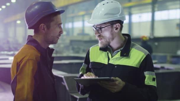Inženýr a pracovníka v Havířské rozhovoru v továrně na těžký průmysl