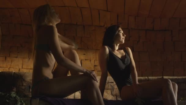 Due ragazze attraenti in costumi da bagno sono rilassante in un ...