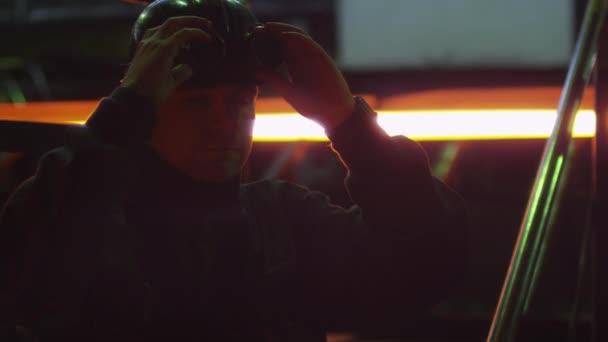 Portrét z těžkého průmyslu dělník ve slévárně. Průmyslovém prostředí