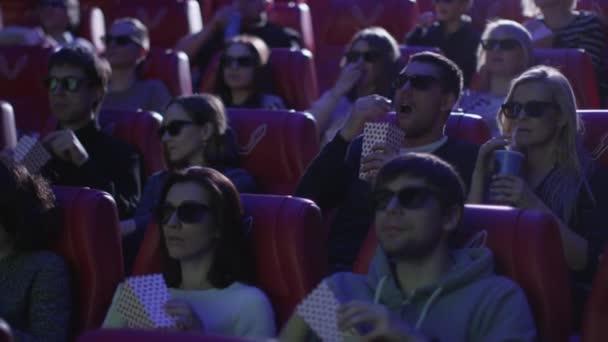 A 3D-s szemüveg embercsoport megijed, rövid idő néz egy horror film szűrés a film mozi Színház.