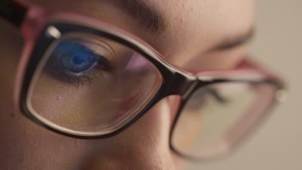 Zár-megjelöl szemcsésedik-ból nő szem szemüveg, ami egy működő számítógép képernyőjén.