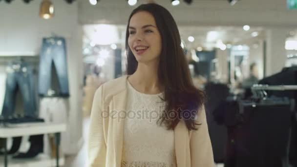 Zár-megjelöl szemcsésedik-ból egy boldog fiatal barna lány sétál, bár egy ruhaüzlet