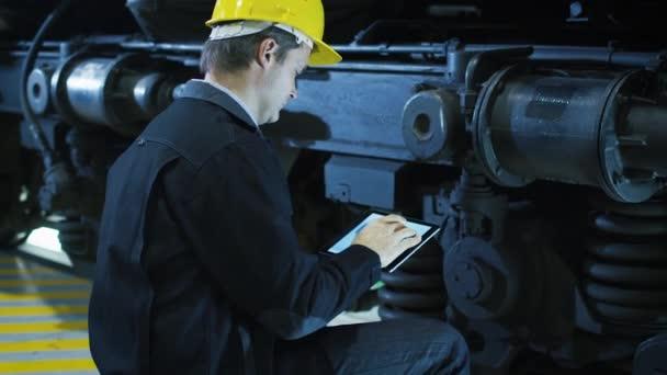 Techniker in harter Mütze mit Cad-Anwendung auf Tablet