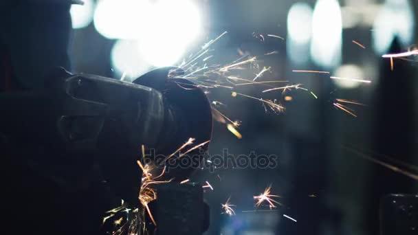Pracovník s Úhlová bruska nemá Metalworking v průmyslovém prostředí. Odrazy jiskru