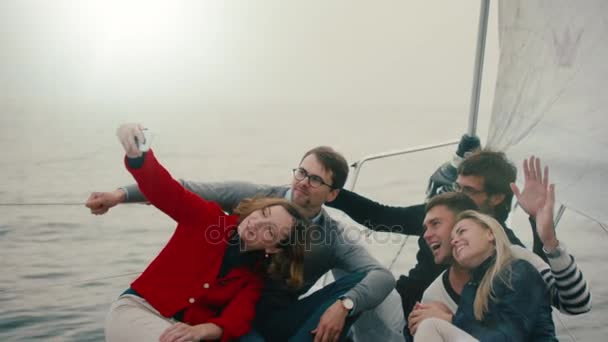 Skupina přátel, takže selfie na jachtě na moři.