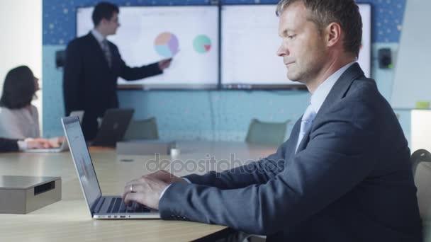 Üzletember dolgozik Laptop bemutató, konferencia terem
