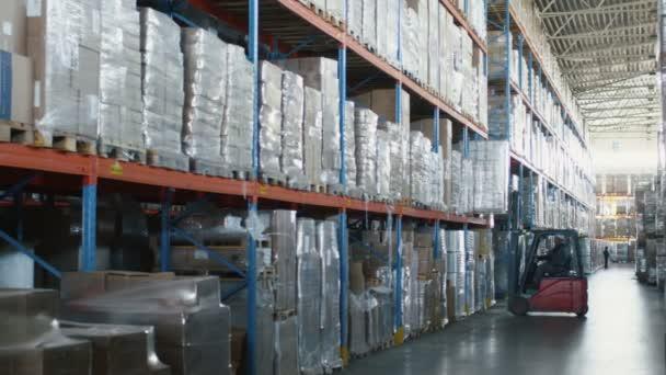Gabelstaplerlader bewegt Güter in Logistiklager