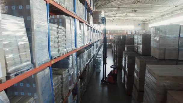 Letecká Drone Shot pracovní vozík nakladače uvnitř logistického skladu