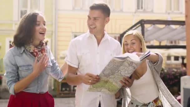 Skupina Happy turistů jsou při pohledu na mapu v evropských měst