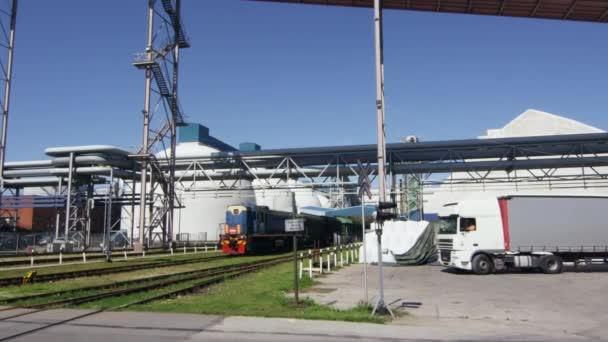 Průmyslové dieselové nákladní vlak a Truck v železniční stanice
