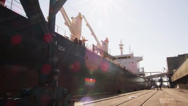 Nagy teherszállító hajó-kikötő