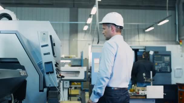Inženýr je nastavení se Cnc soustruh stroj v továrně