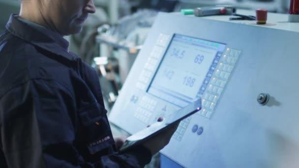 Tovární dělník je nastavení se Cnc soustruh stroj v továrně