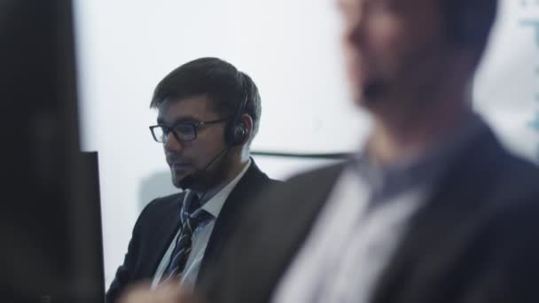 Operátor služby zákazníkům při práci v Call-centru 3
