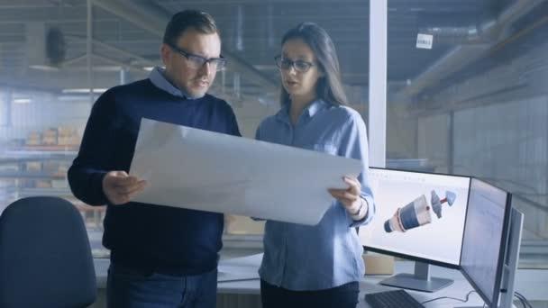 Ženské inženýr a Male Chief Engineer práce s plány. Stolní počítač ukazuje 3d turbína / motoru Model