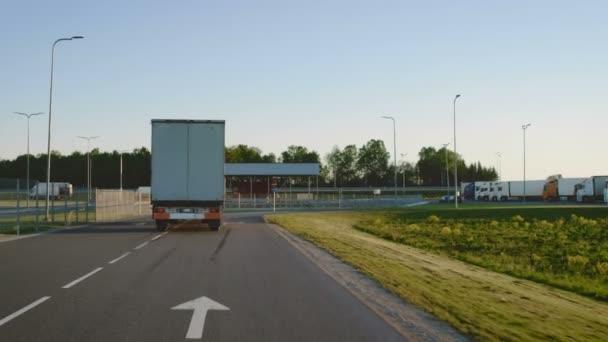 Následná Shot semi-Truck s nákladní přívěs otáčení vlevo na silnici. Vůz se přesune nákladu vykládání skladu oblast