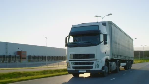Semi Truck s poplatky na dálnici. Bílý vůz projede průmyslové manipulační plochy