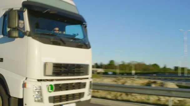 Následná-up Shot bílé polo kamionu s nákladem přívěsu, řízení pod mostem / nadjezd