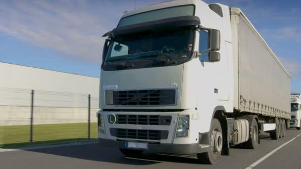 -Čelní pohled Semi Truck jízdě a odbočování na venkovské silnici. Velké vozidlo na dálnici
