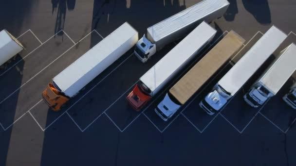 Letecký pohled shora bílé Semi Truck s nákladní přívěs parkování s ostatními vozidly na zvláštním parkovišti