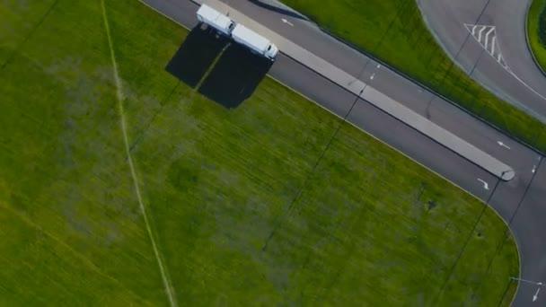 Letecký pohled shora bílý vůz s nákladní návěs na silnici směrem k načítání skladu / průmyslová oblast