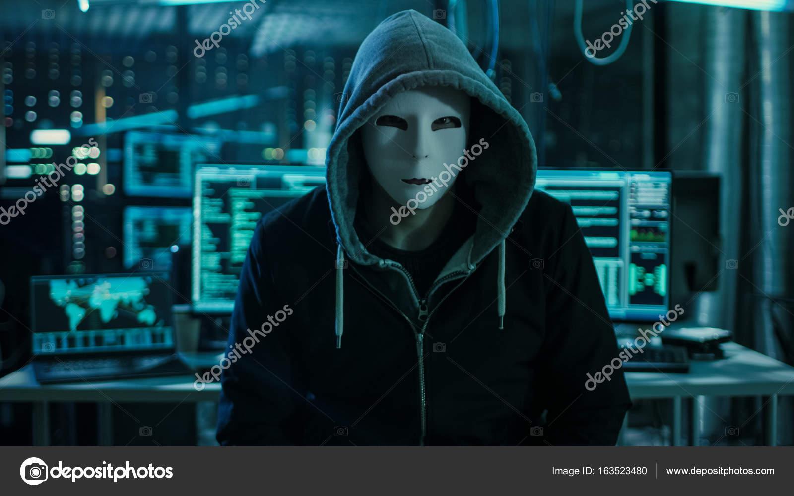06635457ed Επικίνδυνα διεθνώς ήθελε χάκερ με καλυμμένο πρόσωπο Lookin– εικόνα αρχείου