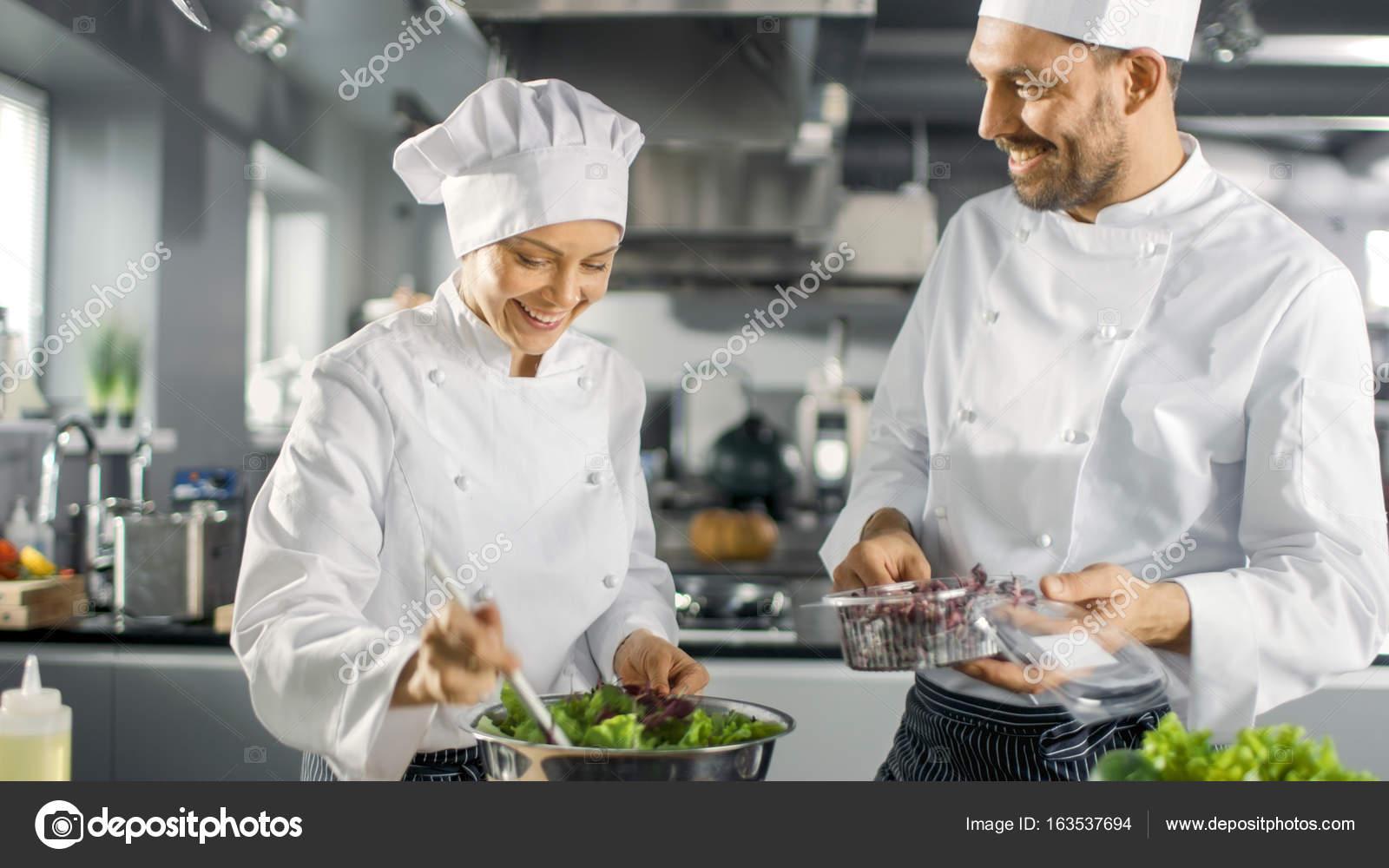 Equipo de hombres y mujeres famosos chefs preparar for Equipo para chef