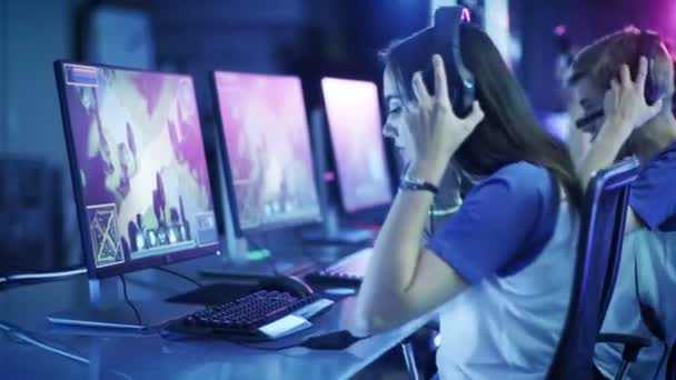 Profesionální hráči kladen na sluchátka a začít hrát v Mmorpg / strategická počítačová hra na svých počítačích. Tým se účastní on-line počítačové hry turnaj / hraje v internetové kavárně.