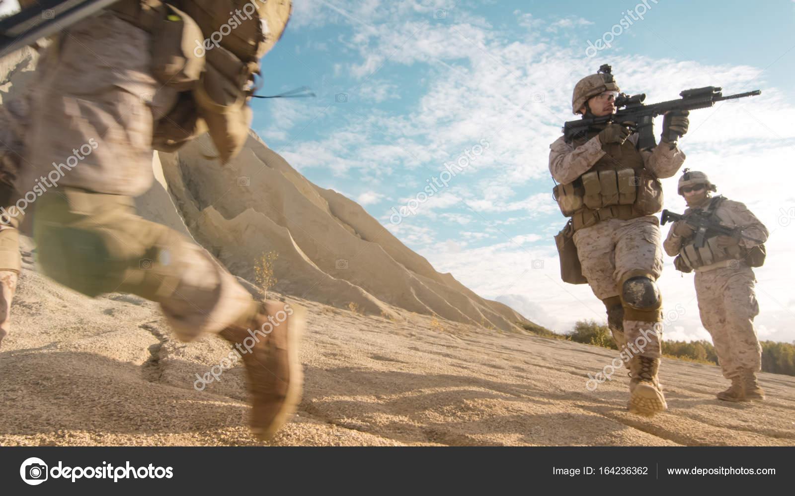 voll ausgestattet und bewaffneten soldaten laufen und mit dem ziel