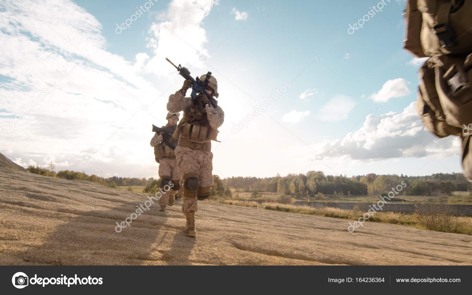 voll ausgestattet und bewaffneten soldaten laufen im einzelnen fil
