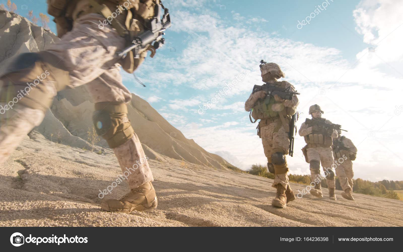 voll ausgestattet und bewaffneten soldaten im gänsemarsch bewegen