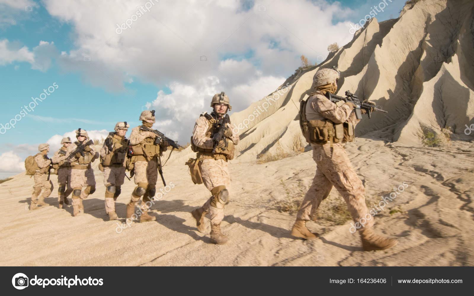 voll ausgestattet und bewaffneten soldaten zu fuß in einzelnen fil