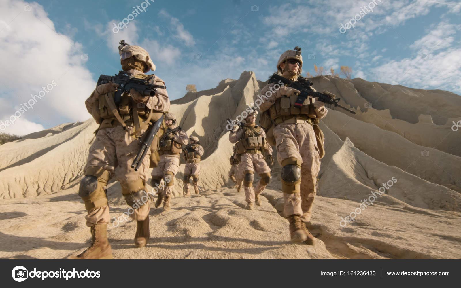 kader von bewaffnete soldaten zu fuß den hügel hinunter und voll