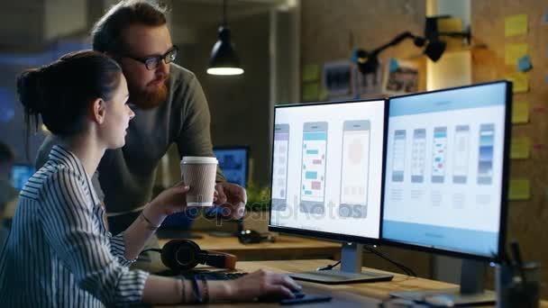 Architetto femminile Ux consulta maschio Design Engineer, lavorano su applicazioni mobili in uno spazio di ufficio creativo