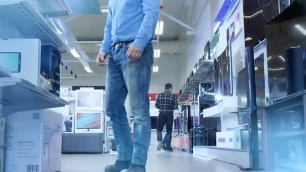 Časosběrný záběry rušný den velké, moderní elektronika obchod kde mnoho lidí jsou procházení, nákup nejnovější dostupné televize, fotoaparáty, tablety a další zařízení