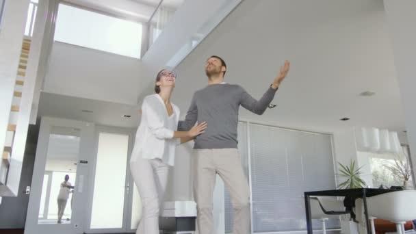 Nádherný mladý pár vstoupí do jejich nově koupil dům, jsou velmi šťastní a jejich domov je světlý, prostorný, moderní